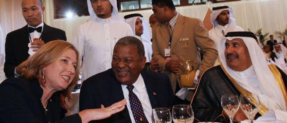 الوزيرة الاسرائيلية السابقة لفني مع وزير الخارجية القطري السابق الحمد (  )