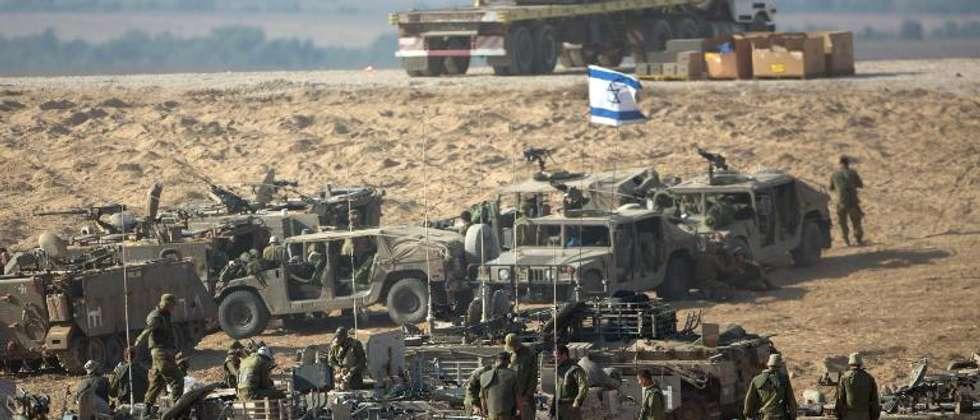 L'armée israélienne  prend position à la frontière avec la bande Gaza, le 10 juillet 2014 ( Menahem Kahana (AFP) )