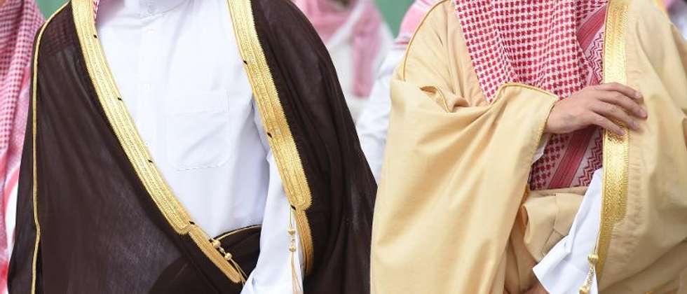 Le vice-ministre saoudien des Affaires étrangères Abdoulaziz bin Abdullah bin Abdulaziz Al-Saoud (d) et le ministre des AE du Qatar Khalid bin Mohamed al-Attiyah, à leur arrivée à Ryad le 14 février 2015 pour discuter du sort du Yemen ( Fayez Nureldine (AFP) )