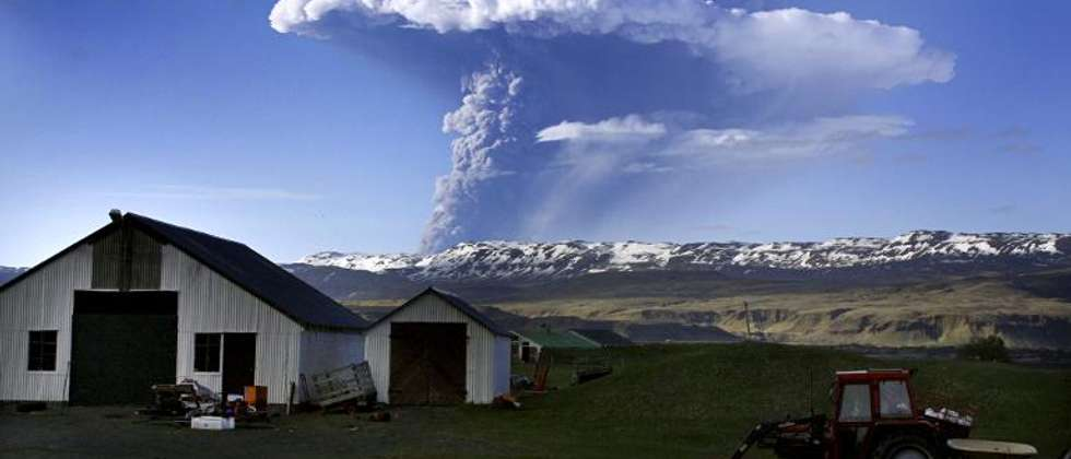 Picture taken on May 21, 2011 shows a cloud of smoke and ash over the Grimsvoetn volcano on Iceland ( Sigurlaug Linnet (AFP/File) )