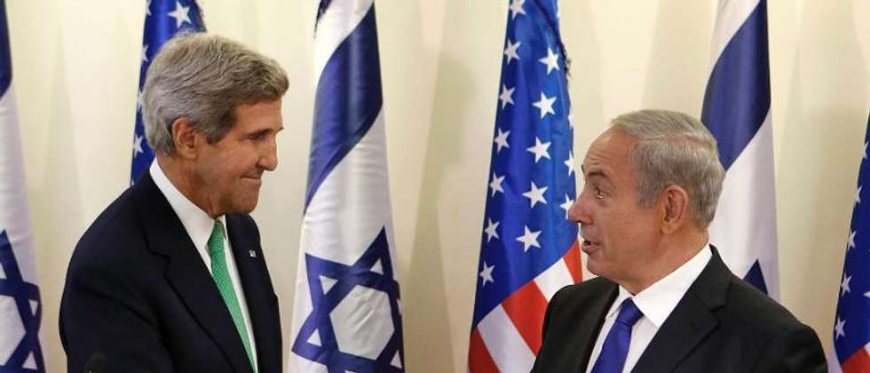 Benjamin Netanyahu (right) greets US Secretary of State John Kerry in Jerusalem on September 15, 2013 ( Larry Downing (POOL/AFP/File) )