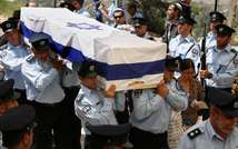 Israeli police officers carry the coffin of Baruch Mizrahi, shot in an ambush while driving with his family southwest of Idhna, during his funeral at the police cemetery in Jerusalem on April 16, 2014 ( AFP )
