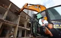 Construction Minister Uri Ariel doing demolition work in Givatayim ( Sasson Tiram )