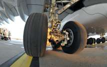 Close-up image shows the landing gear of a passenger plane at Orly airport in Paris, on November 11, 2009 ( Eric Piermont (AFP/File) )
