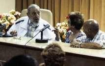 Photos diffusées le 4 juillet 2015 par le site officiel cubain www.cubadebate.cu, montrant l'ex-président Fidel Castro visitant un institut de recherche l'Institut de recherches de l'industrie alimentaire ( HO (www.cubadebate.cu/AFP) )