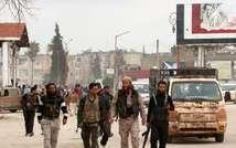 Des combattants de la coalition de mouvements islamistes marchent dans Idleb, dans le nord de la Syrie, le 29 mars 2015 ( ZEIN AL-RIFAI (AMC/AFP/Archives) )