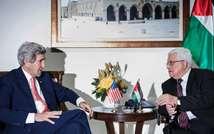 Le secrétaire d'Etat américain John Kerry (g) et le président palestinien Mahmoud Abbas, le 3 janvier 2014 à Ramallah ( Brendan Smialowski (Pool/AFP/Archives) )