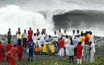 Des Hindous font des offrandes sur une plage près de Saint-Denis de la Réunion, alors que le cyclone Bejisa doit frapper l'île, le 1er janvier 2014 ( Richard Bouhet (AFP) )