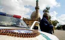 Un policier irakien surveille une mosquée à Bagdad le 16 février 2007 (Ali Yussef (AFP/Archives))