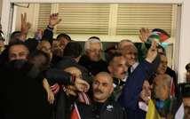 Le président palestinien Mahmoud Abbas (c) accueille les prisonniers palestiniens à l'aube du 31 décembre 2013 à Ramallah, peu après leur libération par Israël ( Abbas Momani (AFP) )