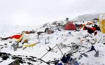Le camp de base de l'Everest dévasté par une avalanche provoquée par le séisme le 25 avril 2015 (ROBERTO SCHMIDT (AFP))