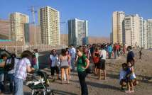 People wait in high areas after hearing a tsunami alert following a quake in Iquique, 1800 km north of Santiago, Chile, on March 16, 2014 ( Aldo Solimano (AFP) )