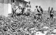 Tas de chaussures dans un camp de concentration nazi (Archives Yad Vashem)