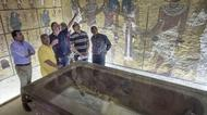 ائتمانات/صور : Egypt's minister of antiquities, Mamdouh Al Damati, second left, listens to British Egyptologist Nicholas Reeves, third left, near the sarcophagus of King Tutankhamun in his burial chamber in the Valley of the Kings, close to Luxor on September 28, 2015