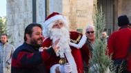 credits/photos : Santa poses for a photo while helping to give out free Christmas trees in Jerusalem on December 20, 2016