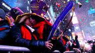 crédits/photos : Un couple marque le douzième coup de minuit à New York, le 1er janvier 2017