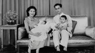 credits/photos : The King of ThailandBhumibol Adulyadej with his wife Sirikit Kitiyakara and their children, The Princess Maha Chakri Sirindhorn and Crown Prince Maha Vajiralongkorn, in June 1955.