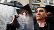 crédits/photos : A mourner holds a poster of former Iranian president Akbar Hashemi Rafsanjani during a ceremony at the Jamaran mosque in Tehran, on January 9, 2017