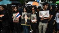 credits/photos : Mourners wait in line to pay their respects to the late Thai King Bhumibol Adulyadej outside the Grand Palace in Bangkok