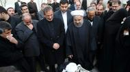 crédits/photos : Iranian President Hasan Rouhani (centre) stands next to the body of former Iranian president Akbar Hashemi Rafsanjani during a mourning ceremony at the Jamaran mosque in Tehran on January 9, 2017