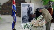 ائتمانات/صور : صورة نشرتها صحيفة غرانما في 28 ت2/نوفمبر 2016 للرئيس الكوبي راوول كاسترو يقدم تحية الوداع لشقيقه فيدل كاسترو، في هافانا