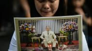 credits/photos : A woman pays her respects to the late Thai King Bhumibol Adulyadej outside the Grand Palace in Bangkok