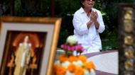 credits/photos : A woman mourns the death of King Bhumibol Adulyadej at the Siriraj Hospital in Bangkok, October 14, 2016.