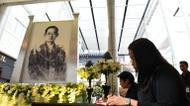 credits/photos : A Thai woman signs a condolence book near an image of the late Thai King Bhumibol Adulyadej at a mall in Bangkok