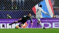 credits/photos : Real Madrid's Cristiano Ronaldo takes a penalty during their match against Atletico de Madrid on November 19, 2016