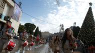 crédits/photos : Palestinian Christian scouts perform at Manger Square outside the Church of the Nativity in Bethlehem on December 24, 2016 as people gather for Christmas celebrations in the city in the Israeli-occupied West Bank