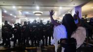 ائتمانات/صور : Police in Charlotte, North Carolina were briefly outnumbered during violent protests and forced to retreat to the safety of an upscale hotel lobby
