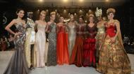 ائتمانات/صور : The top 10 contestants in the fashion show pose during the event at the convention center in Nusa Dua, on Indonesia's resort island of Bali on September 24, 2013