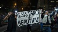 ائتمانات/صور : Deux manifestants défilent malgré le cessez-le-feu le 22 septembre 2016 dans la ville américaine de Charlotte