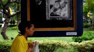credits/photos : A woman offers prayers as she mourns the death of Thailand's King Bhumibol Adulyadej at Bangkok'S Siriraj Hospital