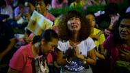 credits/photos : People react to the death of King Bhumibol Adulyadej outside the Siriraj Hospital in Bangkok, on October 13, 2016