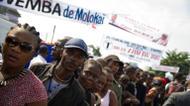ائتمانات/صور : People gather in the streets of 'Village Molokoi' in the Matonge neighborhood of Kinshasa to pay tribute to late rumba musician Papa Wemba on May 2, 2016