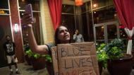ائتمانات/صور : The unrest turned violent after a peaceful vigil to mark the previous day's shooting death of African-American Keith Scott at the hands of Charlotte police.