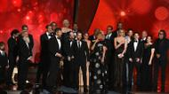 "credits/photos : Les producteurs David Benioff (4e g) et D.B Weiss (c) avec les acteurs de la série ""Game of Thrones"" récompensés lors des 68e Emmy Awards, le 18 septembre 2016 à Los Angeles"