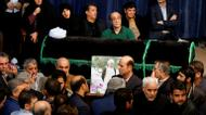 crédits/photos : Fatemeh Hashemi Rafsanjani (L), the daughter of late former Iranian president Akbar Hashemi Rafsanjani, gathers with relatives and mourners around around Rafsanjani's coffin during a mourning ceremony at Jamaran mosque in Tehran, on January 8, 2017