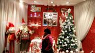crédits/photos : An Iranian girl poses for a picture infront of Christmas decorations outside a shop in the capital Tehran on Christmas Eve, December 24, 2016