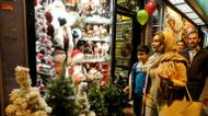 crédits/photos : Iranians walk past Christmas decoration at a shop in the capital Tehran on Christmas Eve, December 24, 2016