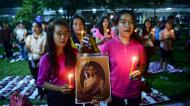 credits/photos : People hold a photo of Thailand's King Bhumibol Adulyadej as they react to his death on October 13, 2016 at Siriraj Hospital in Bangkok