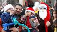 crédits/photos : Palestinians attend a Christian scouts performance at Manger Square outside the Church of the Nativity in Bethlehem on December 24, 2016 during Christmas celebrations in the city in the Israeli-occupied West Bank
