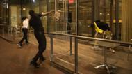 ائتمانات/صور : Protesters throw chairs at a restaurant in Charlotte, North Carolina, where racial tensions soared a day after a black man was killed by officers