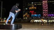 crédits/photos : A man plays Tetris on the Tel Aviv municipality building