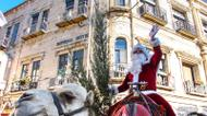 credits/photos : Santa Claus and his trusty camel help distribute free Christmas trees in Jerusalem's Old City on December 20, 2016