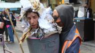 crédits/photos : Artiste du théâtre Koré, déguisé en poubelle, Mahane Yéhouda, Jérusalem, le 28 décembre 2016