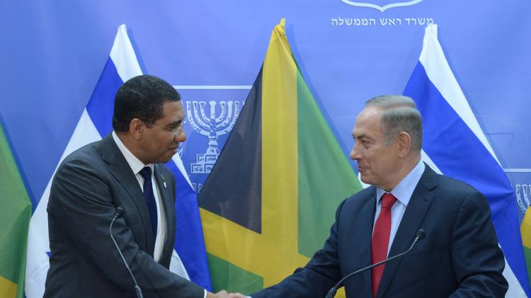 Israeli Prime Minister Benjamin Netanyahu (R) and Jamaican Prime Minister Andrew Holness in Jerusalem on January 12, 2017