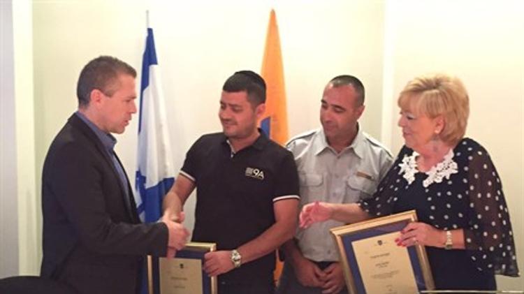 Remise d'un titre honorifique aux deux hommes qui ont arrêté le terroriste de Netanya le 01/07/2016