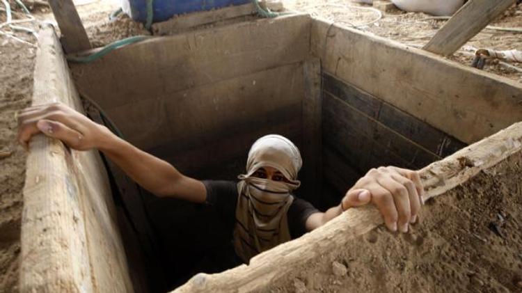 Un Palestinien émergeant d'un tunnel à la frontière entre Gaza et l'Egypte